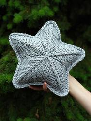 Блестящая вязаная подушка звезда светло-серого цвета