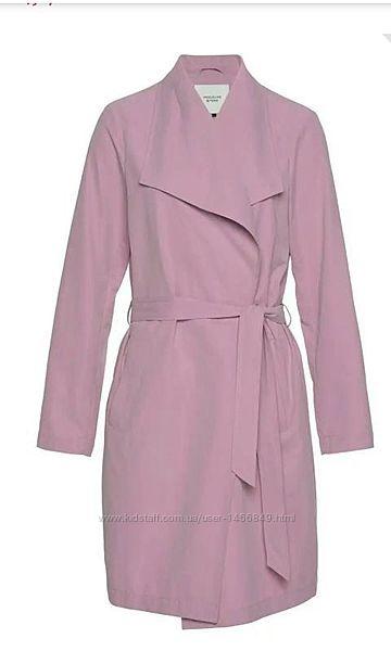 Актуальный плащ тренч на запах розовый сиреневый бренда jacqueline de yong,