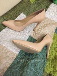 Стильные нюдовые лаковые туфельки