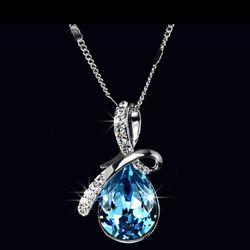 Красивый кулон с многогранным кристаллом голубого цвета.
